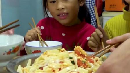 大叔一次性做了10斤芥菜丝,两盆打卤面端上桌,俩侄女一脸懵逼了