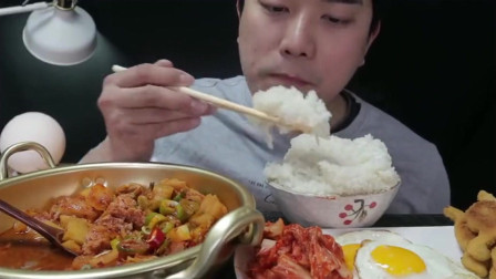 韩国小哥的家常韩餐,韩国人真的是很爱吃主食,米饭吃不停