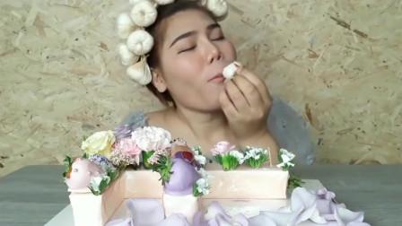 泰国大鼻妹吃鲜花造型蛋糕,白色的妆容很惊艳!