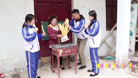 田田的童年搞笑短剧:伙伴们一起吃江米棍,田田把江米棍套在手指上吃,你也这样吃吗?