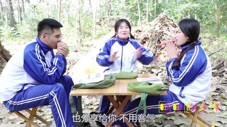 """田田的童年搞笑短剧:田田买了""""笑脸吹吹卷""""和伙伴们一起玩,三个人玩的真开心"""