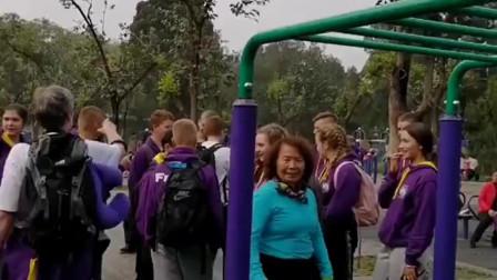 中国七旬大妈给外国朋友来个倒挂金钩卷腹,一旁的外国人都吓到了,太厉害了