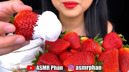 美女吃播:吃奶油草莓,发出脆脆的咀嚼声