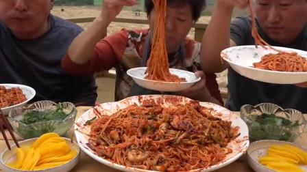 韩国一家三口吃螺肉和辣酱拌面,一大盆抢着吃,吃到撑