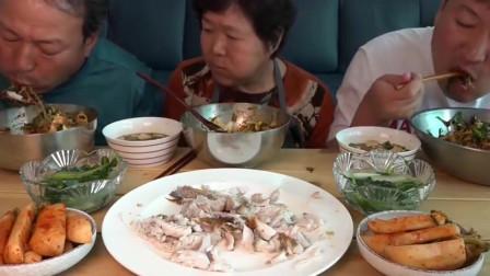 韩国一家三口吃野菜拌饭和煎鱼,老妈太会做饭了,父子两吃不停