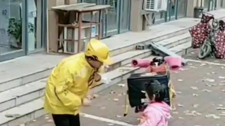 外卖小哥看见一个孩子在偷他的餐,本想轰她走,却又做出了这个举动!