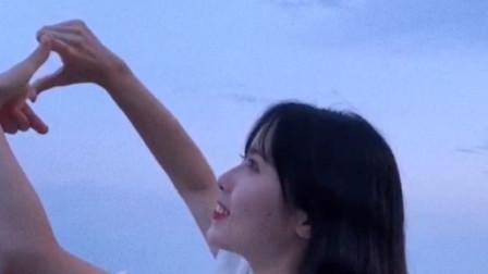 甜美女孩:我想比个爱心 ,但是我的手不是这么想的