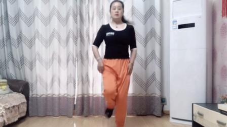 年轻人的鬼步舞,53岁阿姨也会跳了,节奏感太强了