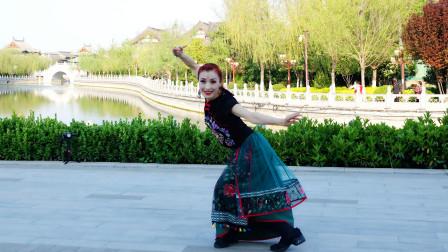 张金莉老师正背面演示优美舞蹈:我的九寨