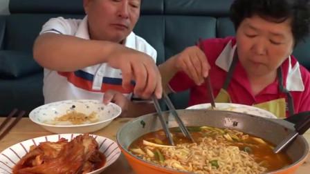 韩国一家三口吃简单泡面加泡菜,老爸的胃口一如既往的大!