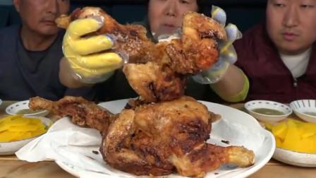 韩国一家三口用大铁锅油炸鸡吃,一人一整只,吃的贼香了