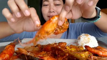 泰国美女的伙食真不错,大虾炒着吃很下饭,不忘舔手指!