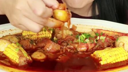 外国美女吃辣酱大虾仁大扇贝,徒手蘸红油,不怕辣