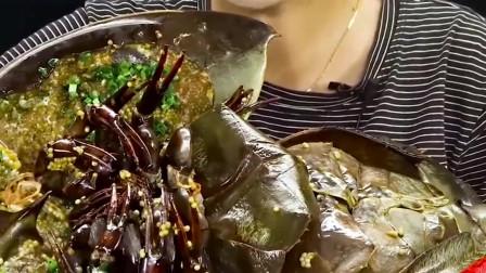 外国小姐姐尝试马蹄蟹?一整只直接端上桌,这好吃吗?
