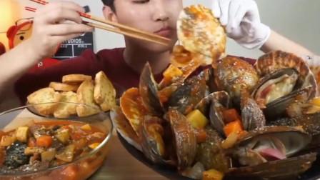 韩国小哥吃美味的海鲜贝壳,比脸还大的扇贝,肉太厚实了!