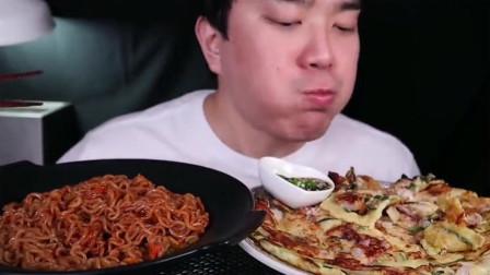 韩国小哥在家做筋面和海鲜葱饼,一脸享受的表情,吃的真香
