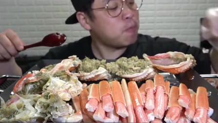 韩国小哥自己做海鲜餐,蟹腿和蟹黄太香了吧,吃不停了