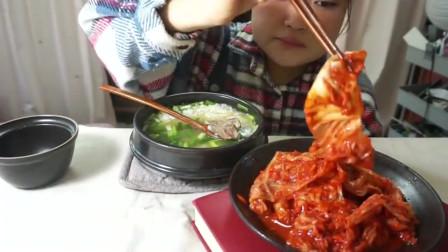 韩国小姐姐吃泡菜排骨汤,米饭拌着吃贼香了,汤饭很爽口