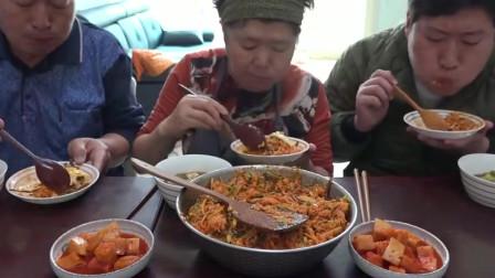 韩国一家三口吃手辣椒酱拌饭,一点油水都没有,还是这么好吃