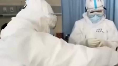 医护人员给患者打针,告诉他不用怕疼实在不行就看美女,简直太搞笑了!