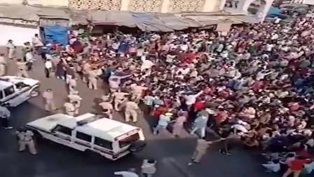 封锁令再度延长,印度上千民工聚集火车站,与警察发生冲突,场面一片混乱