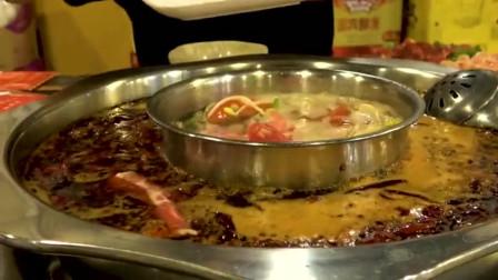 吃辣爱好者的大叔吃重庆火锅,上桌就要麻辣锅底,媳妇:别逞强
