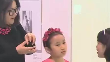 洪晃带女儿平平参加时尚活动,小女孩穿着奢侈品大牌连衣裙好漂亮