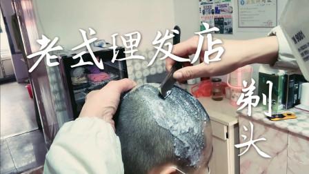 """小妹妹去""""老式""""理发店剃了个大光头,这么圆的脑袋不做尼姑都浪费了"""