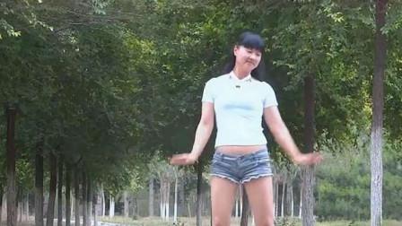 中年女子自己练习广场舞,希望肚子能减下来!