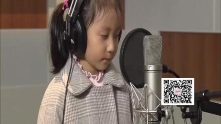 5岁的小女孩王美臻带来《你笑起来真好看》,萌出水来,太可爱