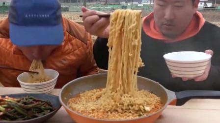 韩国大叔一家三口吃泡面?老妈不在没有肉吃!