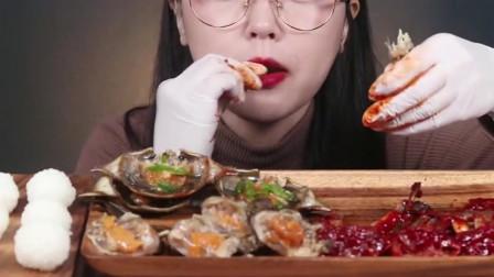 韩国妹子吃新鲜生蟹,自制的饭团一口一个吃香了