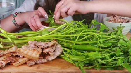 韩国小姐姐吃生菜捆着五花肉吃,荤素搭配真养生!