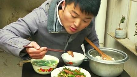 辣椒炒腊肠相当的经典,大sao整锅米饭扒着吃,网友:这是有多饿?