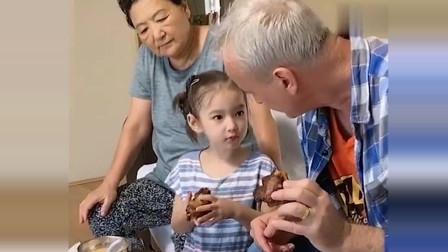 老外在中国:皮特下手啃酱大骨,孩子们也跟着去吃,丈母娘却在无情吐槽洋女婿