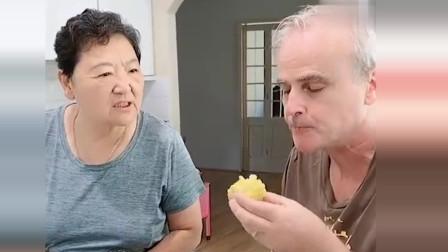 老外在中国:皮特看到丈母娘蒸的大包子,直接改吃包子,丈母娘在一旁数落他!