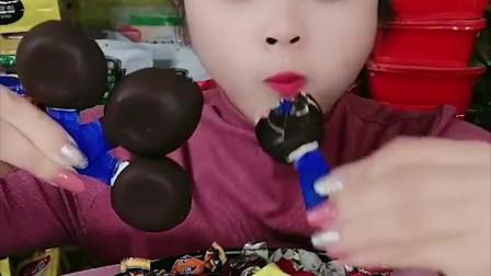 萌姐试吃:巧克力棒棒糖,夹心巧克力,糖果,看起来真过瘾呀!
