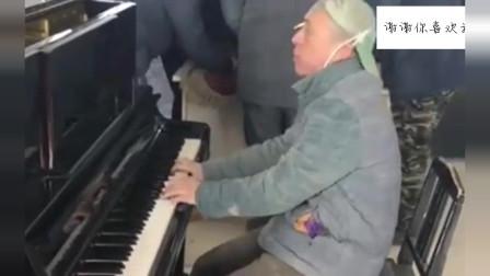 被工地耽误的钢琴家