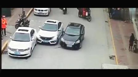 监控拍到安徽街道两辆车斗气,不管别人到处撞真是太过分了