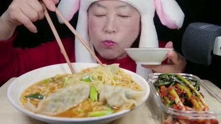 韩国大妈吃辛拉面和饺子,要是来份东北烤串更好吃