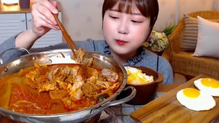 韩国小姐姐吃泡菜罐头炖猪肉,4个荷包蛋拌米饭吃,香爆了