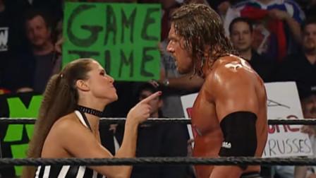 WWE无路可逃大赛Triple H决战科特安格,大公主当裁判坑惨驸马爷!
