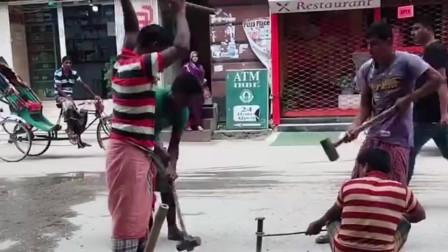 街头遇见印度人在砸钉子,怎么还有一个敲地面的,真是太搞笑了!