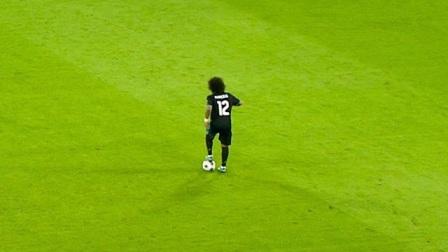 马塞洛这么好的技术,踢边后卫实在可惜,当边锋肯定好使