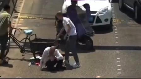 监控拍下暖心一幕,老人骑车在马路行走不料摔倒,谁知小伙子的举动让人泪目