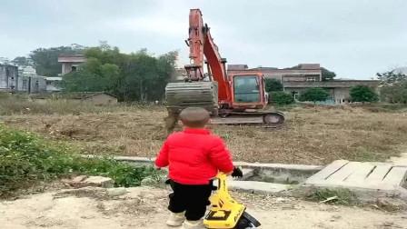 能勾去小孩子魂的除了动画片外,还有大型挖掘机