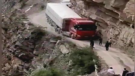 开货车的司机都是技高人胆大啊!要是在马路上有这么细心就好了