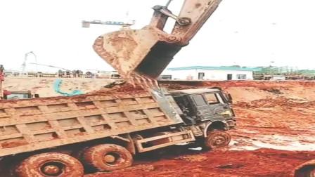 福建工地货车侧翻,还好两辆挖掘机搭爪相救
