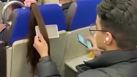 飞机上没有手机支架怎么办?英国小哥教你一招,就不知道会不会挨打!