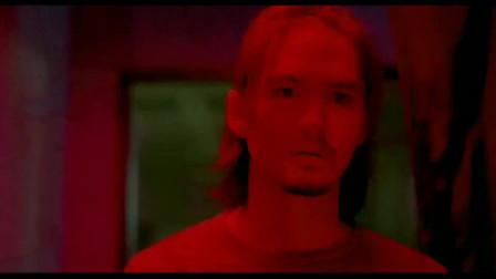 鬼影:小伙客厅接电话,不料照片房突发异响,眼前一幕把他吓呆